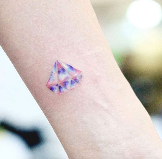 Tatouage poignet femme : 25+ idées de tatouages et leurs significations 19