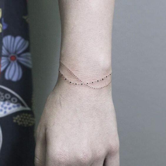 Tatouage poignet femme : 25+ idées de tatouages et leurs significations 23