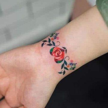 Tatouage poignet femme : 25+ idées de tatouages et leurs significations 75