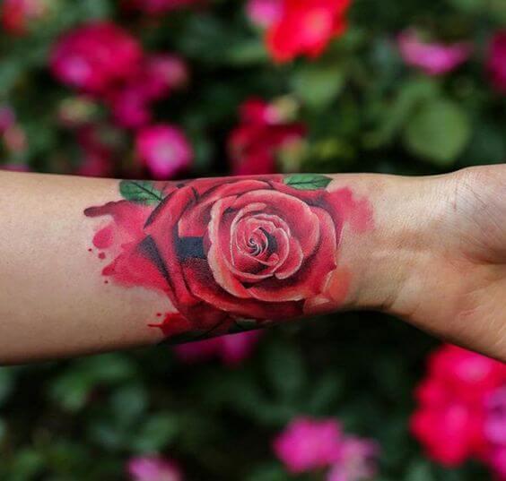 Tatouage poignet femme : 25+ idées de tatouages et leurs significations 26