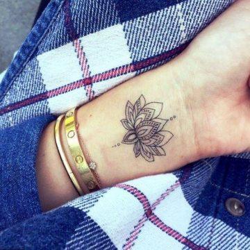 Tatouage poignet femme : 25+ idées de tatouages et leurs significations 79