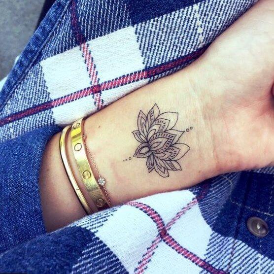 Tatouage poignet femme : 25+ idées de tatouages et leurs significations 28