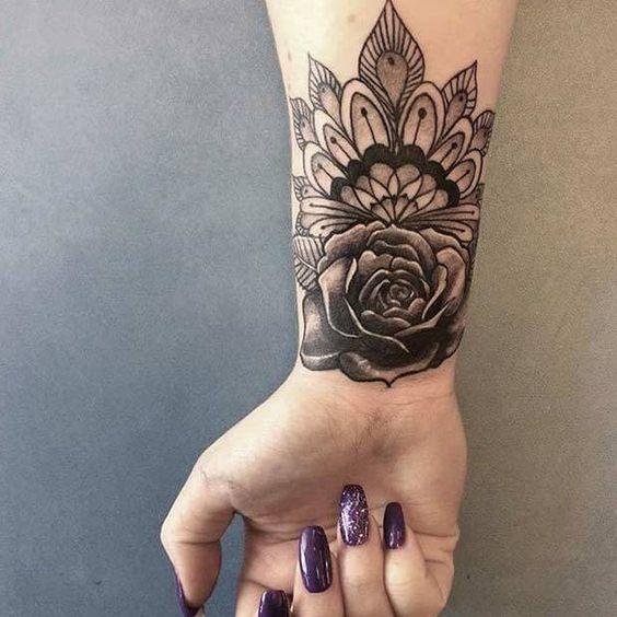 Tatouage poignet femme : 25+ idées de tatouages et leurs significations 29