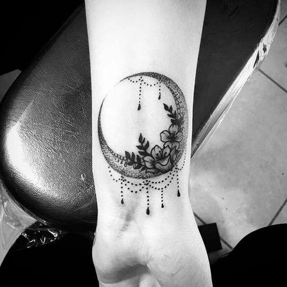Tatouage poignet femme : 25+ idées de tatouages et leurs significations 32