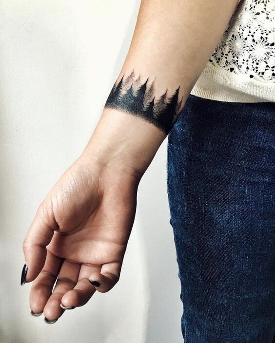 Tatouage poignet femme : 25+ idées de tatouages et leurs significations 43