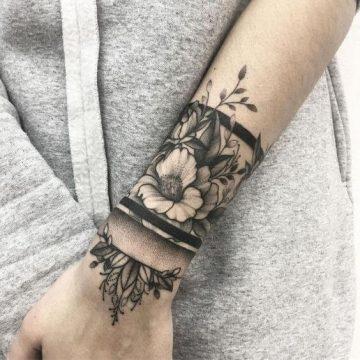 Tatouage poignet femme : 25+ idées de tatouages et leurs significations 98