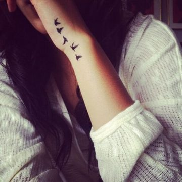 Tatouage poignet femme : 25+ idées de tatouages et leurs significations 99