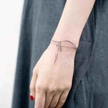 Tatouage poignet femme : 25+ idées de tatouages et leurs significations 100