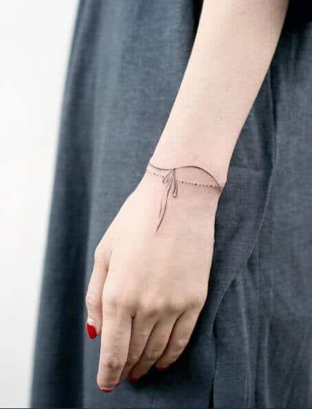Tatouage poignet femme : 25+ idées de tatouages et leurs significations 49