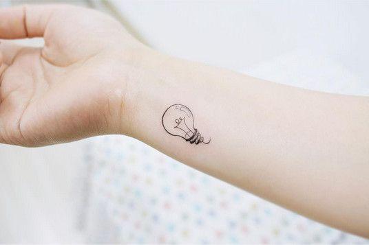 Tatouage poignet femme : 25+ idées de tatouages et leurs significations 51