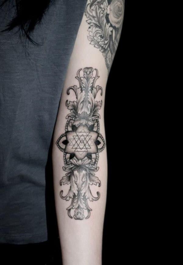 Tatouage abstrait femme : 25+ idées de tatouages et sa signification 11