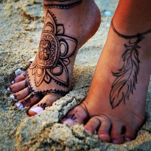 Tatouage de fleur sur le pied femme