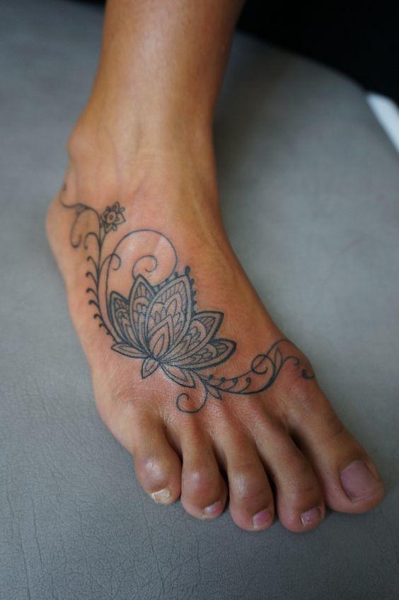 Un tatouage d'une fleur sur le pied