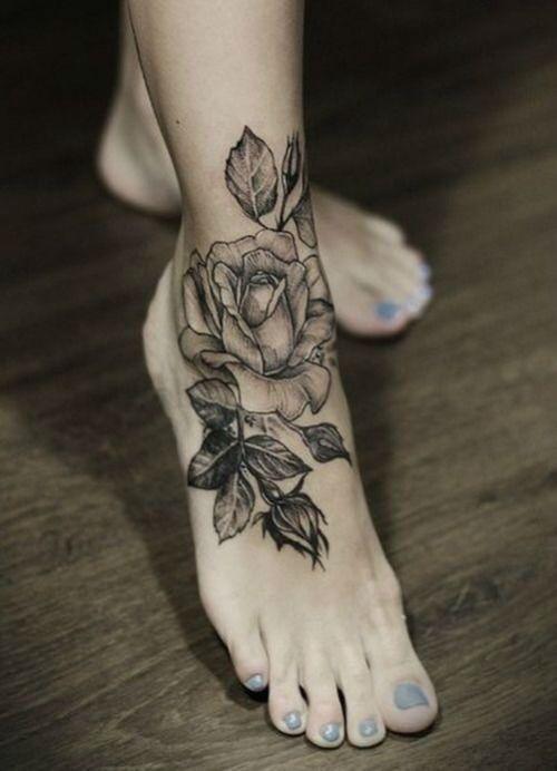 Un tatouage d'une rose sur le dessus du pied