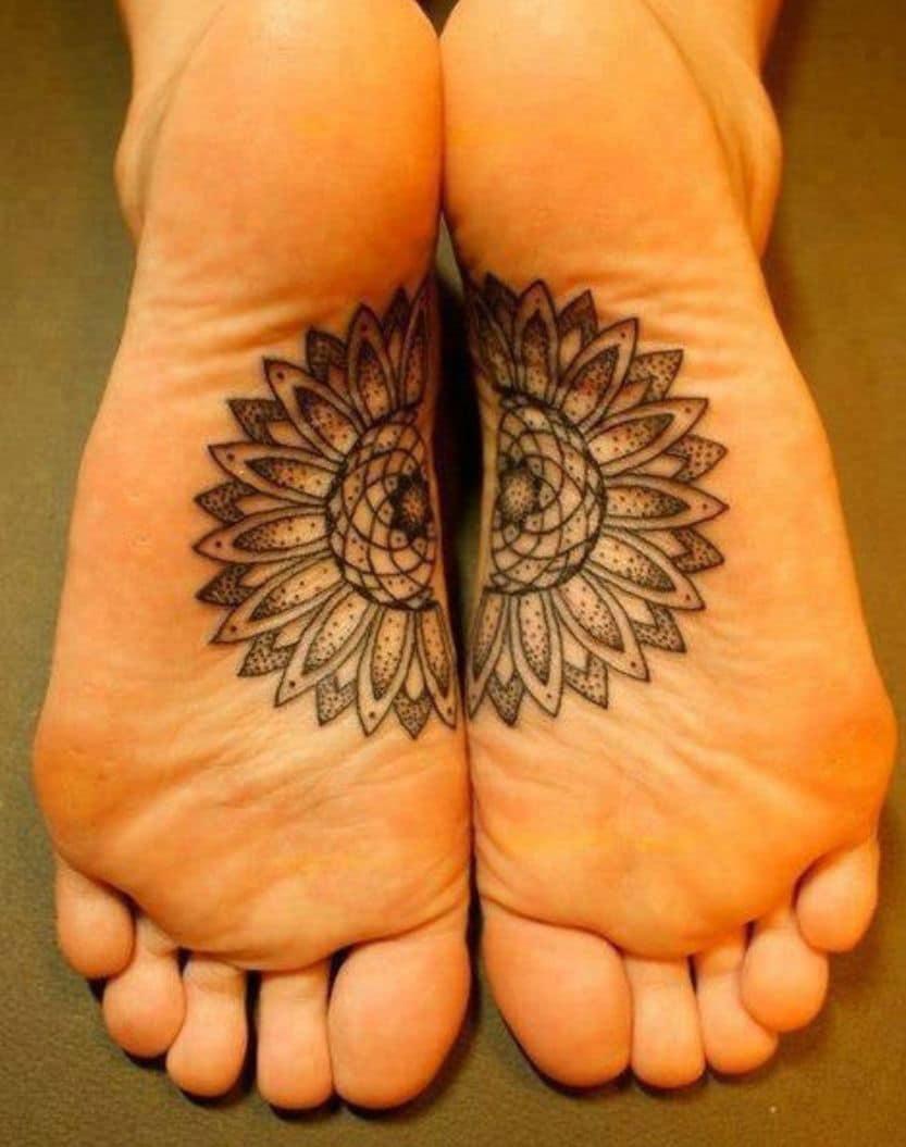 Un tatouage d'une rosace sur les deux pieds joints