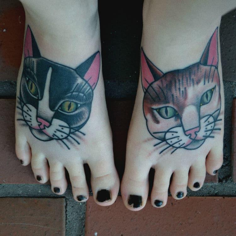 Un tatouage de chat sur le pied