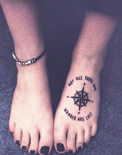 Un tatouage d'un compas sur le pied pour ne pas perdre son chemin