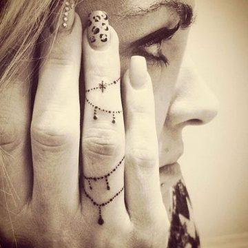 Tatouage doigt femme : 20+ idées de tatouages et sa signification 2