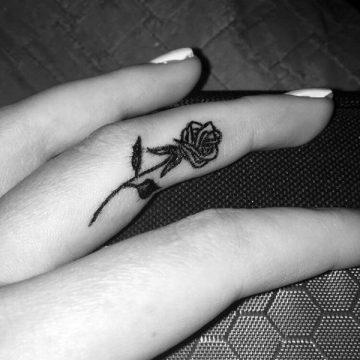 Tatouage doigt femme : 20+ idées de tatouages et sa signification 12