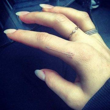 Tatouage doigt femme : 20+ idées de tatouages et sa signification 13