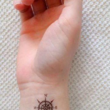 Tatouage main femme : 30+ idées de tatouages et leurs significations 39