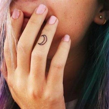 Tatouage doigt femme : 20+ idées de tatouages et sa signification 15