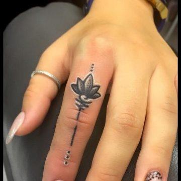 Tatouage doigt femme : 20+ idées de tatouages et sa signification 16