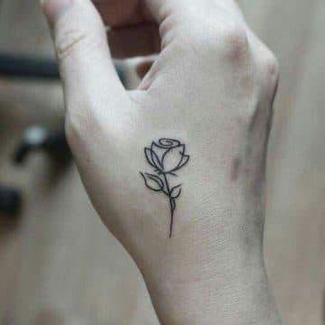 Tatouage main femme : 30+ idées de tatouages et leurs significations 43