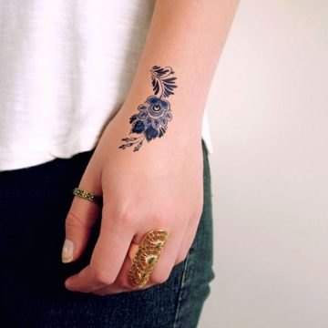 Tatouage main femme : 30+ idées de tatouages et leurs significations 44