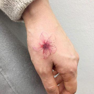 Tatouage main femme : 30+ idées de tatouages et leurs significations 19
