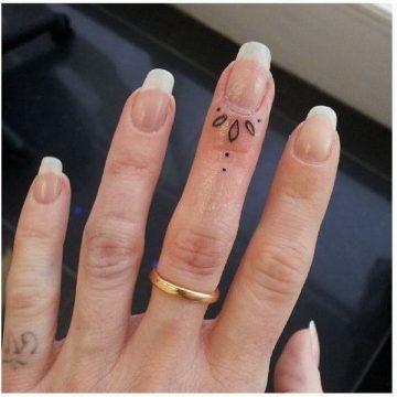 Tatouage doigt femme : 20+ idées de tatouages et sa signification 23