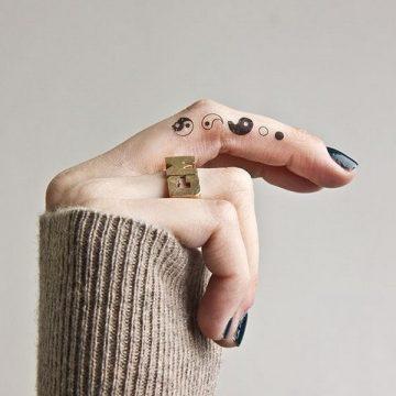 Tatouage doigt femme : 20+ idées de tatouages et sa signification 24