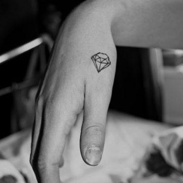 Tatouage main femme : 30+ idées de tatouages et leurs significations 47