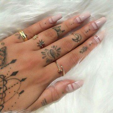 Tatouage main femme : 30+ idées de tatouages et leurs significations 25