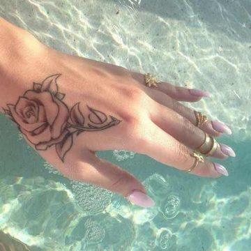 Tatouage main femme : 30+ idées de tatouages et leurs significations 26