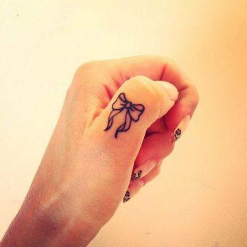 Tatouage doigt femme : 20+ idées de tatouages et sa signification 5