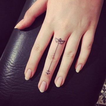 Tatouage doigt femme : 20+ idées de tatouages et sa signification 34