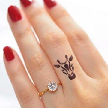 Tatouage doigt femme : 20+ idées de tatouages et sa signification 41