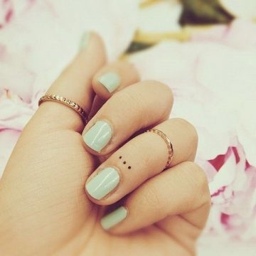 Tatouage doigt femme : 20+ idées de tatouages et sa signification 42