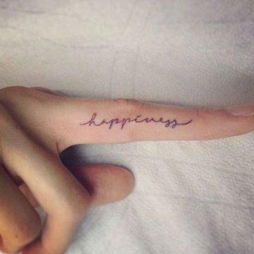 Tatouage doigt femme : 20+ idées de tatouages et sa signification 49