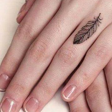 Tatouage doigt femme : 20+ idées de tatouages et sa signification 51
