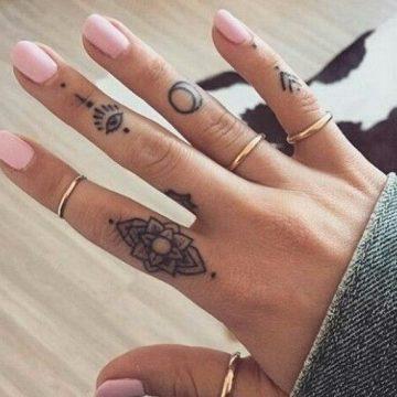 Tatouage doigt femme : 20+ idées de tatouages et sa signification 8
