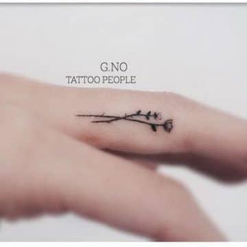 Tatouage doigt femme : 20+ idées de tatouages et sa signification 9