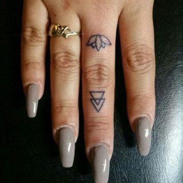 Tatouage doigt femme : 20+ idées de tatouages et sa signification 10