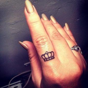 Tatouage doigt femme : 20+ idées de tatouages et sa signification 11