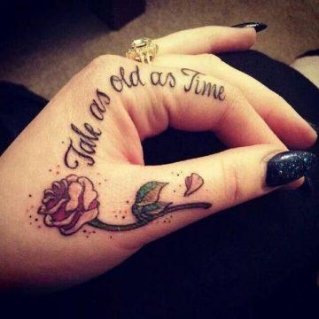 Tatouage doigt femme : 20+ idées de tatouages et sa signification 54
