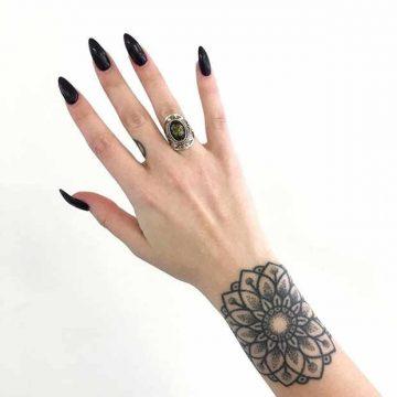 Tatouage mandala femme : 50+ idées de tatouages et leurs significations 103
