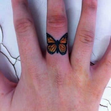 Tatouage doigt femme : 20+ idées de tatouages et sa signification 56