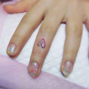 Tatouage doigt femme : 20+ idées de tatouages et sa signification 58