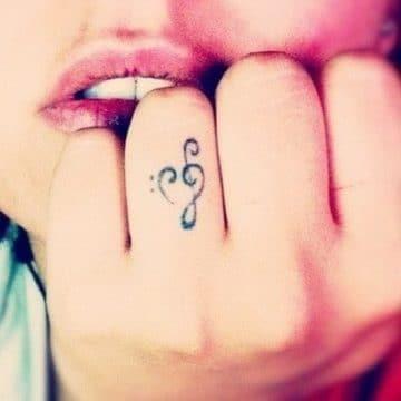 Tatouage doigt femme : 20+ idées de tatouages et sa signification 59